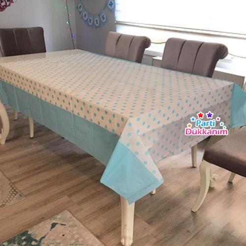 mavi üzeri beyaz puantiyeli masa örtüsü